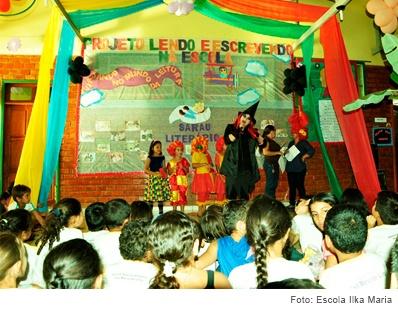 apresentação teatral escolar com uma platéia de crianças