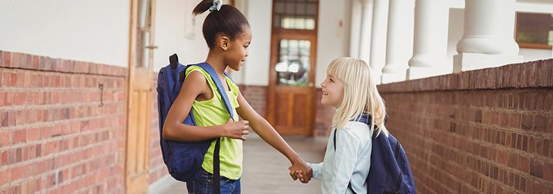 aluna mais velha dando a mão para aluna mais nova
